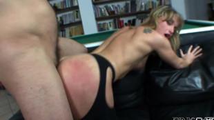 Superbe baise d'une blonde tatouée aux petits seins