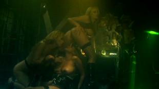 Dee soumet une esclave à un cunni sous les yeux d'une voyeuse