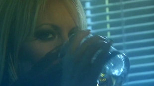 Melissa Lauren se déhanche sur un sextoy sous les yeux d'une blonde