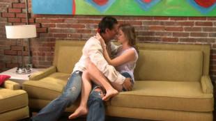 Jessie Andrews et son mec dans un canapé
