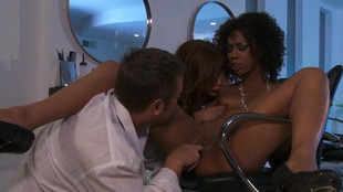 Misty Stone jouit d'un trio interracial au salon de coiffure