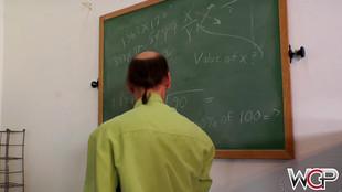 Interracial d'étudiante asiatique baisée e salle de classe