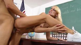 Erica Fontes prend son pied après les cours