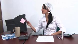 Juana victoria joue les sécrétaires chaudes dans un cabinet médcical
