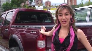 Andrea Solo allumée par un client dans son parking