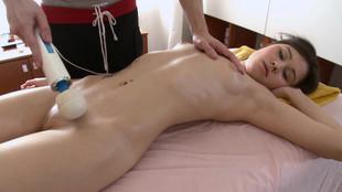 Aliya se fait masser par un kiné vicieux