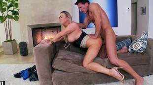 Abbey brooks chaudement tringlée dans le canapé de son salon