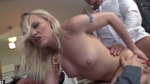 Trio sexuel pimenté à la double pénétration avec Lola Taylor